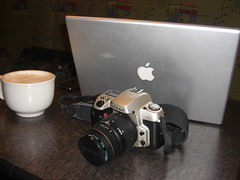 Flickrmeet at Panera Bread (SoCal Photo Design) Tags: film photoshop 35mm mac nikon photowalk 28 filmcamera latte flickrmeet noiseware macbookpro imagenomic 2070mm tweetup