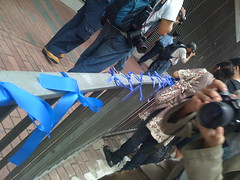 我們在恩福堂門口綁上藍絲帶