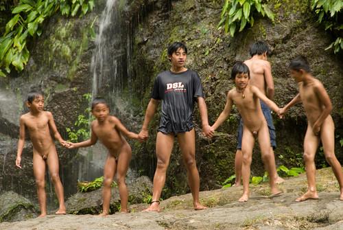 Nackte Jungs schwimmen Team
