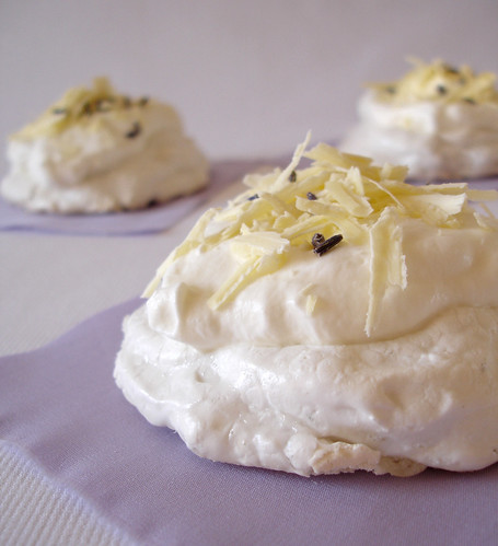 Lavender and white chocolate mini pavlovas / Mini pavlovas de lavanda e chocolate branco