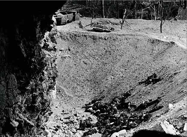 Cadáveres de republicanos en un cráter de las minas colocadas para volar el Alcázar de Toledo en 1936. Foto Erich Andres. Archivo General de la Administración