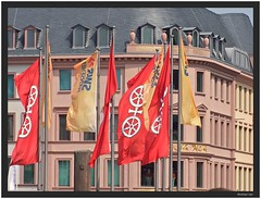 the mainzer flag (Winfried Veil) Tags: architecture facade germany deutschland veil flag rad flags architektur mainz fahne flagge winfried fassade flaggen rheinlandpfalz swr fahnen domplatz gutenbergplatz rhinelandpalatinate mobilew winfriedveil