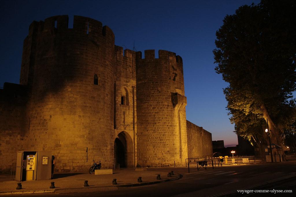 Photo de lentrée de la ville médiévale, de nuit.