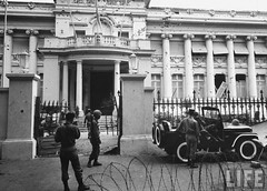 11-1963 Wrecked Presidential Palace, gutted & ransacked after military coup that overthrew Diem Government. par VIETNAM History in Pictures (1962-1963)