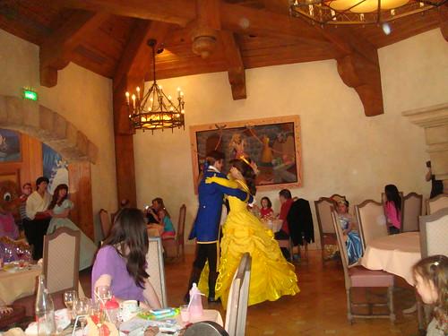 Interior del restaurante en pleno baile