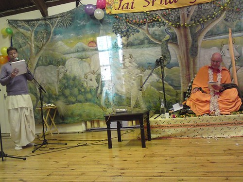 Indradyumna Swami Vyasa puja in UK 2010 -0009 por ISKCON desire  tree.
