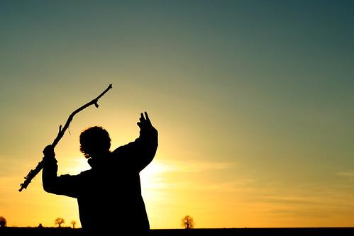 Lancer de javelot sur coucher de soleil