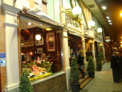 Vista exterior nocturna del restaurante