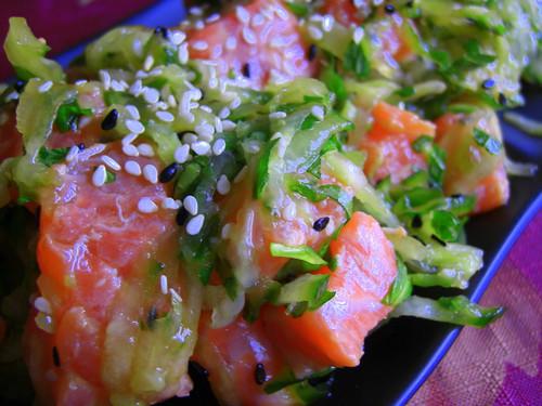 Салат с огурцом, лососем и мятой