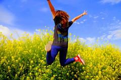 [フリー画像] [人物写真] [一般ポートレイト] [後ろ姿] [跳ぶ/ジャンプ] [花畑]      [フリー素材]