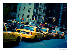 Waiting (DAMIR HUREMOVIC | PHOTOGRAPHY) Tags: street newyork yellow taxi rushhour cabs 43 e510 zd ulica 1454 uto tccomp265