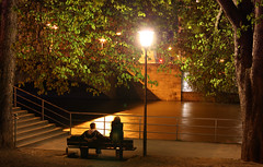 münchen_09_04_14_00 (Gereon Zwosta) Tags: street longexposure people urban bench munich münchen spring couple sitting streetlights noflash isar atnight tamron2875mmf28 eos450d