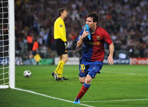 lionel messi 2009. Lionel Messi festeja con beso