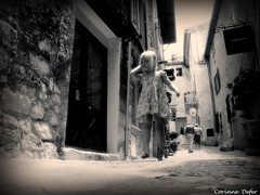 """La rue""- Saint Paul de Vence (Corinne DEFER - DoubleCo) Tags: white black france blancoynegro corinne blackwhite noiretblanc nb promenade rue 2008 enfant nio francia alpesmaritimes larue defer stpauldevence filette memoriesbook sagliercorinne updatecollection"