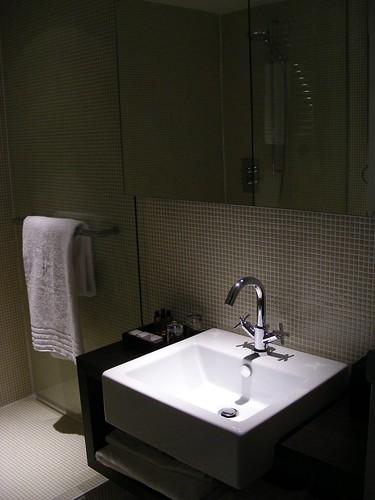 Ciemna aranżacja łazienki z dużym kwadratowym zlewem