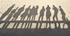 数人の人間の影