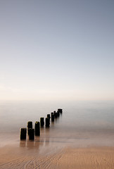 kerleven (mapliskate) Tags: mer pose noir sable bleu ciel plage blanc bois longue mapliskate