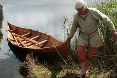 Reinhard Erichsen zieht Wikinger-Ruderboot Nökkvi nach der Ausfahrt auf dem Haddebyer Noor auf das Land, neben der Landebrücke in Haithabu - Museumsfreifläche Wikinger Museum Haithabu WHH 27-05-2009