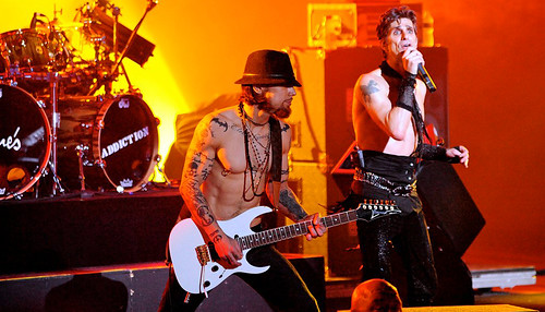 20090609 - Jane's Addiction - Dave Navarro (playing guitar), Perry Farrell (singing) - (by Elizabeth Bouras) - 3615241927_c7a0cedd21_o