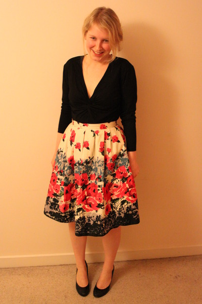 red-floral-print-primark-skirt-black-twist-la-redoute-top-black-patent-leath_400