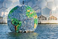 De Wereld van Zwerfvuil (LYSVIK PHOTOS) Tags: water rotterdam plastic zonlicht kunstwerk flesjes petersmith milieu zwerfvuil vervuiling wereldbol gekleurd kunststof rijnhaven milieuvervuiling drijvend drijvendpaviljoen plasticsoep halvebollen dewereldvanzwerfvuil