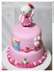 Hello Kitty Cake / Bolo (Dragonfly Doces) Tags: hello girls roses bunny cake cat for cupcakes sheep display para kitty pasta americana bolo japo meninas gatinha ovelha minibolos coelhinha portacupcakes