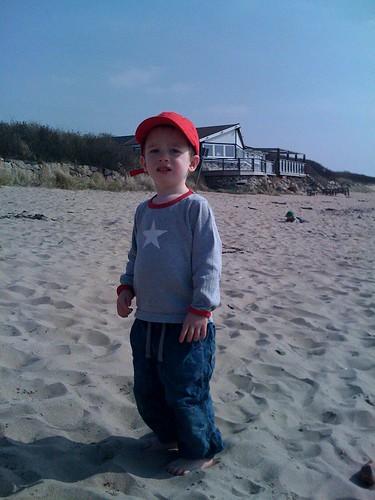Tom och Leo njuter av sanden mellan tårna.