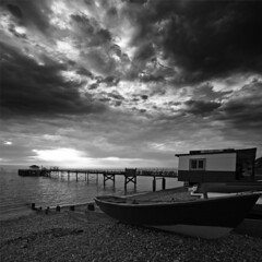 Fish & Chips - Totland Pier, Isle of Wight (s0ulsurfing) Tags: ocean light shadow sea sky blackandwhite bw cloud sunlight white seascape black texture tourism beach water lines weather silhouette clouds composition contrast landscape boats island grey mono evening bay coast pier vanishingpoint seaside twilight skies patterns jetty wide shoreline may silhouettes dramatic wideangle monotone x coastal shore vectis isleofwight vista coastline ripples drama landschaft isle 2009 wight fishchips 10mm converging totland sigma1020 totlandbay s0ulsurfing totlandpier infinestyle vertorama mondocafeclub looooooooooooveit