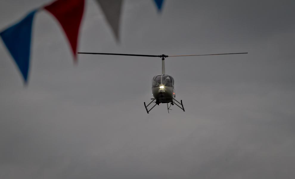 Un helicóptero de la Policía Nacional sobrevuela la avenida Mariscal López, mientras efectivos de la misma institución desfilaban. (Tetsu Espósito - Asunción, Paraguay)