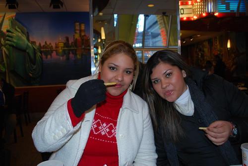 Wendy Y Yo En MacDonalds De Times Square by itziponce.