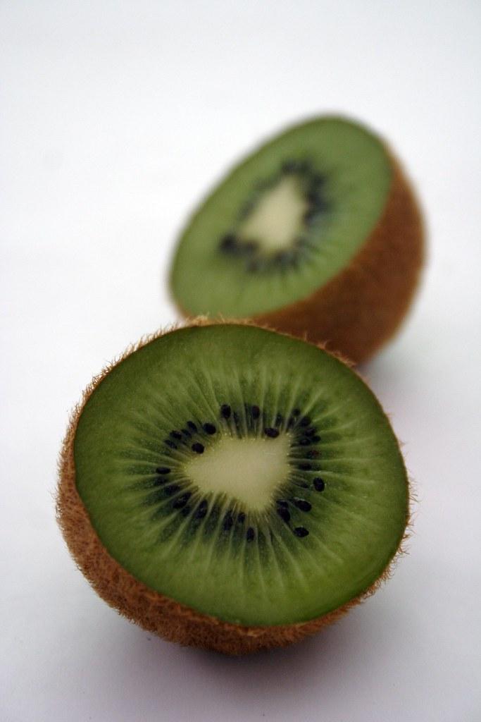 Kiwi (Photoshop, auto levels)
