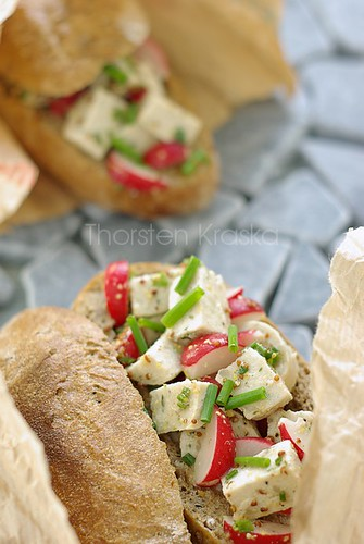 Bavarian veal sausage salad in rustic bread roll (3/3)