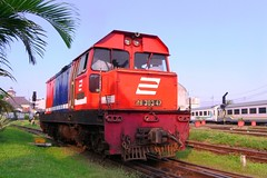 BB303-47 Locomotive @ Bandung Station (chris railway) Tags: railroad station train tren eisenbahn railway zug locomotive bandung stasiun bahn treno ka spoor locomotora merah dipo ferrocarriles treinen ferrocarril ferrovia gleis treni spoorweg makina  locomotiva ferroviaria  chemindefer  locomotief pocig      ferroviria  lokomotywa   demiryolu locomotore keretaapi ferroviarie cc203  trainphotography  ngst cc201   turangga henschell tuho   rseauferroviaire  bb303 bb30347   umayxela sidulich  eisenbahnzgen ngperokaril   kolejowych ferrovipathe