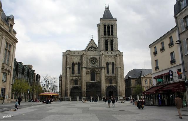 Cest très agréable de prendre le café à langle de la place, sur votre droite, pour pouvoir admirer la superbe façade gothique de la basilique