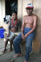 Embera Wounaan couple in Samb, Panama (sensaos) Tags: old people rio america river amazon indian traditional culture tribal jungle latin latino panama tribe indios darien embera islas cultura cultural indio indigenous amazonas peuple famke mensen indigena amazone comarca wounaan ember sambu darin wounan sensaos emberawounaan emberwounaan samb
