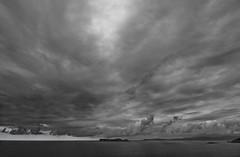 Vista de la ensenada de baiona desde cabo silleiro (pixeldfotos) Tags: sea seascape blanco clouds canon landscape eos grey gris mar blackwhite cabo y d negro paisaje bn nubes ensenada kdd 50 islas horizont vigo horizonte baiona cies silleiro kdds