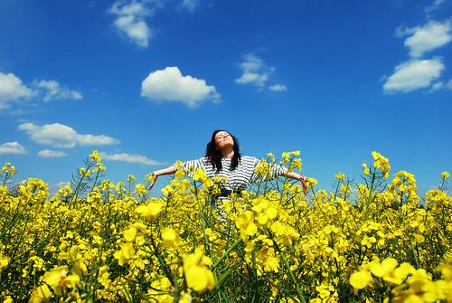 フリー写真素材, 人物, 女性, 花畑, 菜の花, 背伸び・ストレッチ,