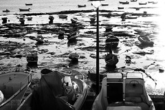 Marea baja (Lograi) Tags: sea blackandwhite bw españa byn blancoynegro beach geotagged boat mar blackwhite andalucía spain nikon barca playa bn cádiz caleta nikond40 geoetiquetada