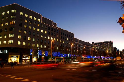 Vista nocturna exterior del centre comercial L´illa Diagonal