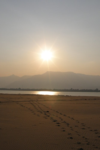 162.Don Daeng島上湄公河的日落 (10)_交錯的步伐