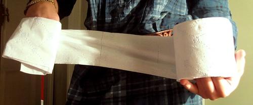 mano envuelta en papel higiénico