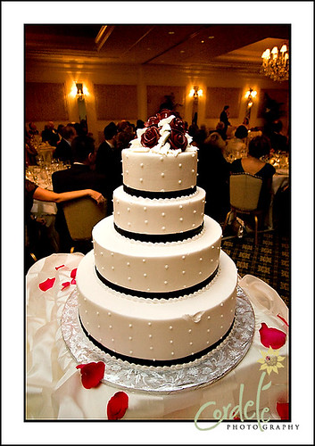 black and white wedding cake por cordelephotography.