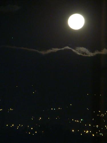 Sale la Luna sobre el Volcán Irazú