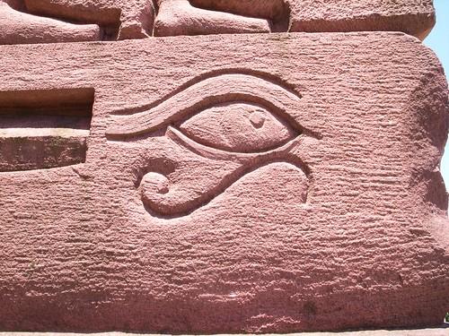 靈鳩山:天眼門,這個符號是雷之眼(The eye of Ra)