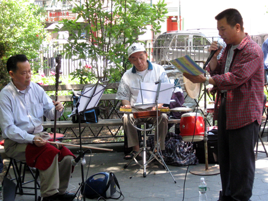 Vocalist with Musicians in Columbus Park (Click to enlarge)