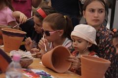 Pottery (Catalin Pruteanu) Tags: street woman girl june canon arthur strada child verona romania delivery pottery bucharest bucuresti iunie canon70300 pictor arthurverona canon400d streetdelivery