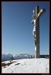 Cruz con el fondo cadena montañosa del 'Carega' (ⓜⓘⓖⓤⓔⓛ) Tags: nieve cruz neve cristo cima croce vetta 140209 montesummano msummano