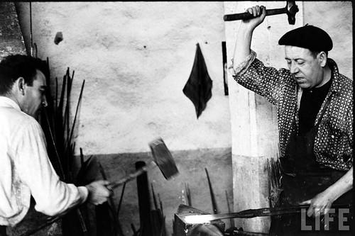 Fábrica de espadas, damasquinado y armaduras de Toledo en 1965. Fotografía de Carlo Bavagnoli. Revista Life (25)