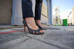 T.HANKS (omalingue) Tags: orange paris de shoes toes heels dxo rue pieds olivier poubelle chaussures nailvarnish talons doigts aiguilles vernis 75008 antsangle penthivre omalingue talones malingue