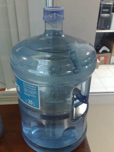 Cambiando el garrafón de agua.